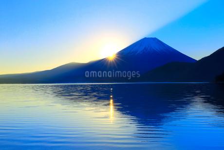 本栖湖より富士山と日の出の写真素材 [FYI04095900]