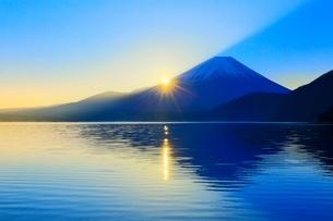 本栖湖より富士山と日の出の写真素材 [FYI04095901]