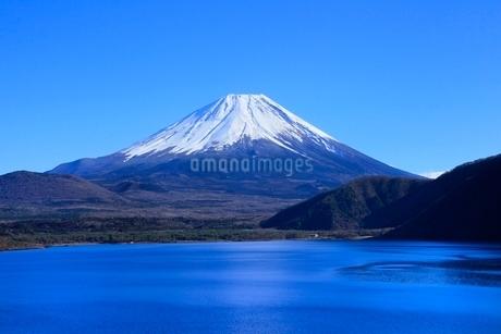 本栖湖より富士山の写真素材 [FYI04095905]