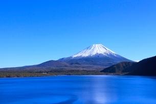 本栖湖より富士山の写真素材 [FYI04095908]