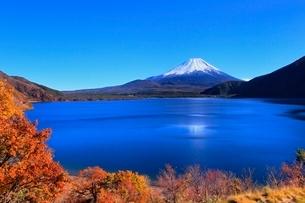本栖湖より富士山の写真素材 [FYI04095909]