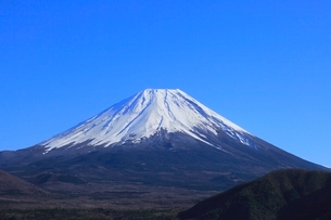 本栖湖より富士山の写真素材 [FYI04095910]