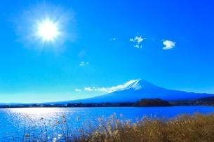 河口湖より富士山に太陽の写真素材 [FYI04095917]