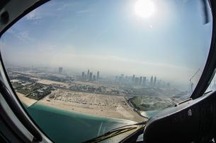 ヘリコプターから見えるドバイの都市風景の写真素材 [FYI04095975]