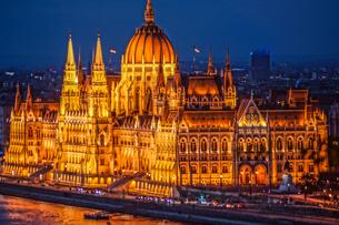 ハンガリー国会議事堂(ブダペスト・漁夫の砦から)の写真素材 [FYI04096044]