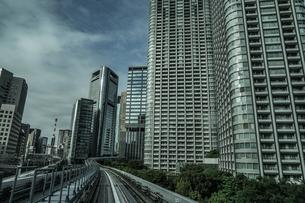 ゆりかもめ東京臨海新交通臨海線から見える東京のビル群の写真素材 [FYI04096140]