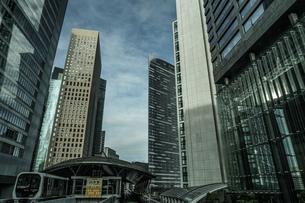 ゆりかもめ東京臨海新交通臨海線から見える東京のビル群の写真素材 [FYI04096181]