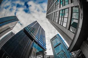 東京都港区・汐留のオフィスビル群と青空の写真素材 [FYI04096182]