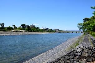 新緑,宇治川上流の風景の写真素材 [FYI04096238]
