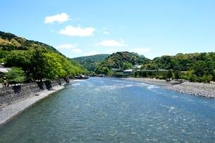 新緑の宇治川上流の写真素材 [FYI04096244]