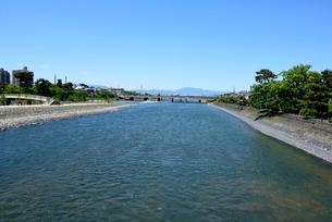 新緑,宇治川上流からの風景の写真素材 [FYI04096246]