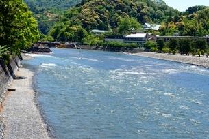 新緑,宇治川上流の流れの写真素材 [FYI04096247]