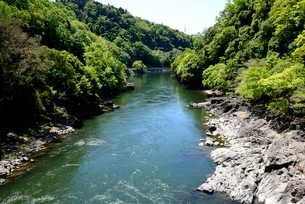 新緑,宇治川の上流風景の写真素材 [FYI04096262]
