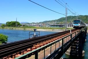 新緑,宇治川の鉄峡を電車が走るの写真素材 [FYI04096264]