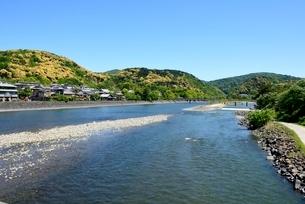 新緑,青空と宇治川上流の風景の写真素材 [FYI04096269]