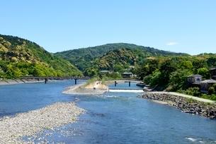 新緑,青空と宇治川上流の風景の写真素材 [FYI04096270]