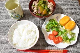 豚汁とクリームコロッケの食事の写真素材 [FYI04096407]