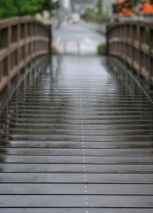 雨に濡れた木の橋の写真素材 [FYI04096455]