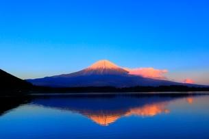 田貫湖より富士山の夕景の写真素材 [FYI04096691]