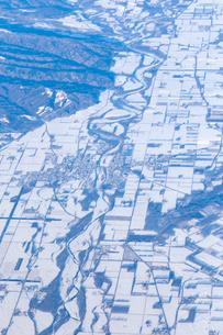 空から見た冬の北海道  河川雪景色の写真素材 [FYI04096692]