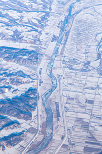 空から見た冬の北海道  河川雪景色の写真素材 [FYI04096695]