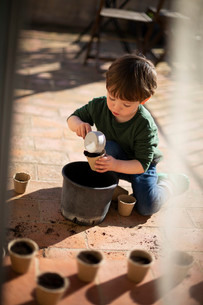 テラスで苗床を作るハーフの幼児の写真素材 [FYI04096757]