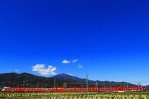 小田急ロマンスカーGSE と大山の写真素材 [FYI04097037]