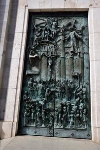 スペイン マドリッドのアルムデナ大聖堂の扉のレリーフの写真素材 [FYI04097160]