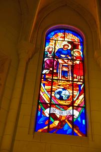 スペイン マドリッドのアルムデナ大聖堂のステンドグラスの写真素材 [FYI04097169]