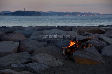 江の島を望みながらの焚火の写真素材 [FYI04097202]