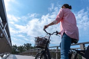 自転車に乗る女性の写真素材 [FYI04097228]
