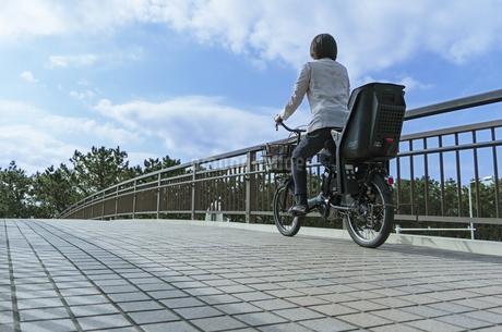 自転車に乗る女性の写真素材 [FYI04097229]