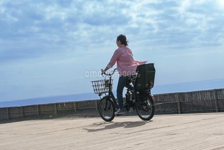 自転車に乗る女性の写真素材 [FYI04097230]