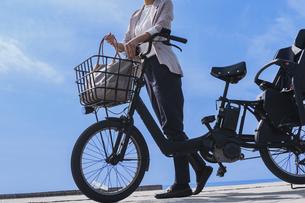 自転車に乗る女性の写真素材 [FYI04097232]