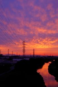 送電線鉄塔と夕焼けの写真素材 [FYI04097233]