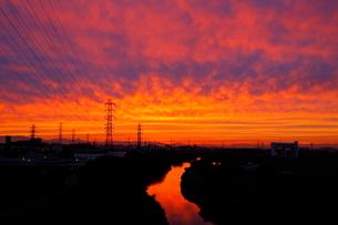 送電線鉄塔と夕焼けの写真素材 [FYI04097235]
