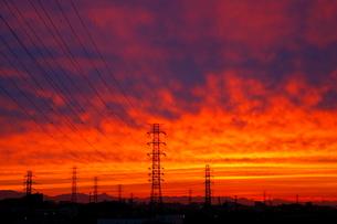 送電線鉄塔と夕焼けの写真素材 [FYI04097241]