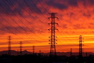送電線鉄塔と夕焼けの写真素材 [FYI04097244]