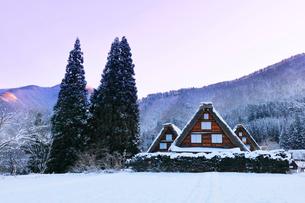 世界文化遺産 冬の白川郷に朝焼け空の写真素材 [FYI04097288]