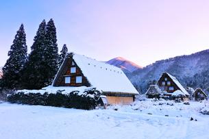 世界文化遺産 冬の白川郷に朝焼け空の写真素材 [FYI04097290]