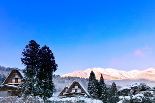 世界文化遺産 冬の白川郷と白山連峰の写真素材 [FYI04097293]