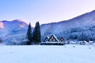 世界文化遺産 冬の白川郷に朝焼け空の写真素材 [FYI04097295]