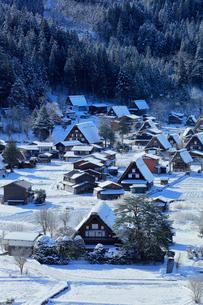 世界文化遺産 城山展望台より冬の白川郷の写真素材 [FYI04097299]