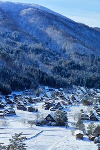 世界文化遺産 城山展望台より冬の白川郷の写真素材 [FYI04097303]