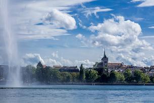 スイス、ジュネーブ旧市街とレマン湖の写真素材 [FYI04097353]