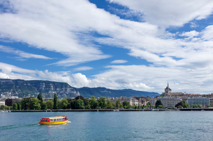スイス、ジュネーブ旧市街とレマン湖の写真素材 [FYI04097357]