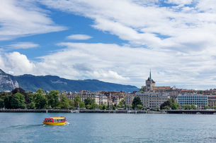 スイス、ジュネーブ旧市街とレマン湖の写真素材 [FYI04097358]