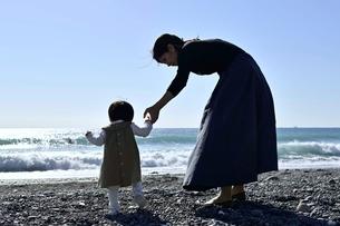海岸で手を繋いでいる親子の写真素材 [FYI04097509]