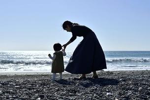 海岸で手を繋いでいる親子の写真素材 [FYI04097510]