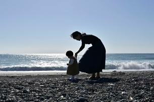 海岸で手を繋いでいる親子の写真素材 [FYI04097511]